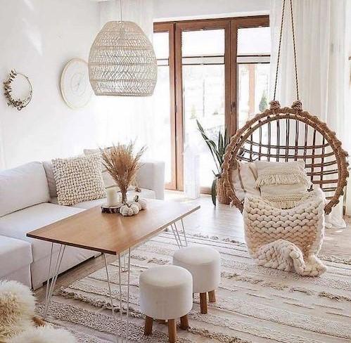 Decoración Boho chic en salón con muebles blancos