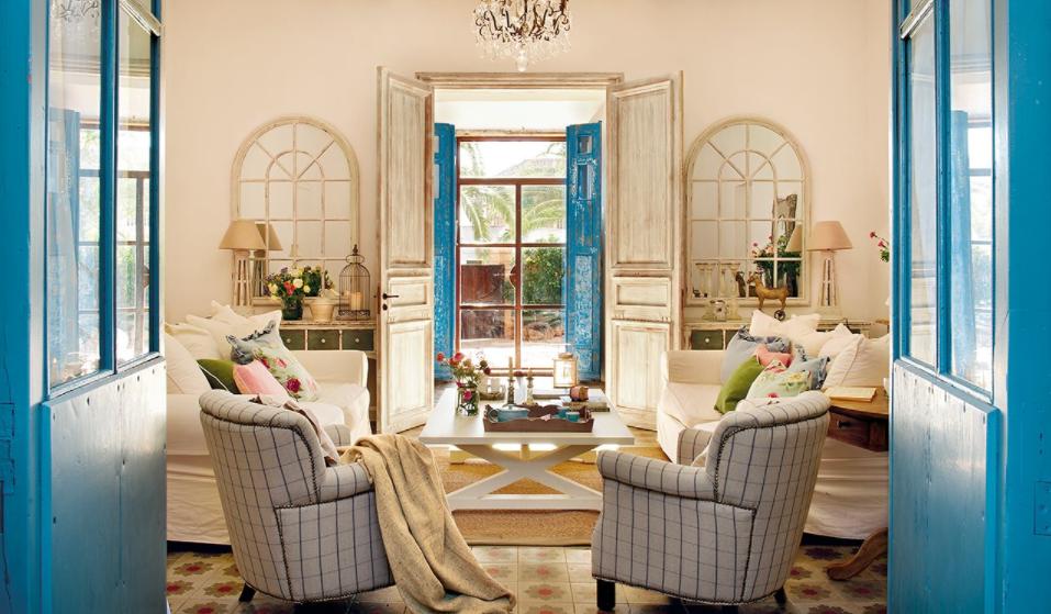 Salón con mucho azul en puertas y ventanas