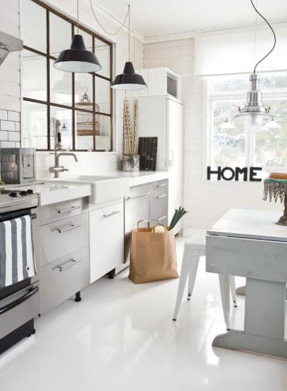 Cocina de muebles blancos con estilo industrial