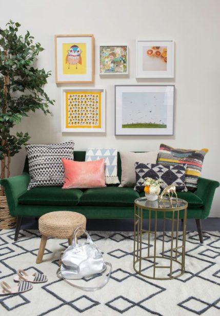 Cojines para sofá verde de diferentes colores y estampados