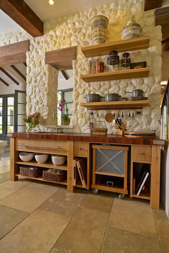 Una cocina estilo campestre con piedras encaladas en la pared