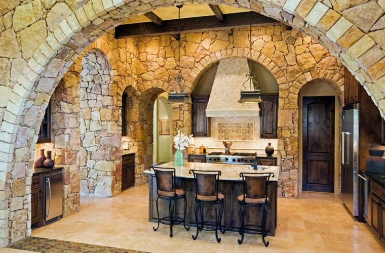 Un recubrimiento total de piedra en la pared de la cocina