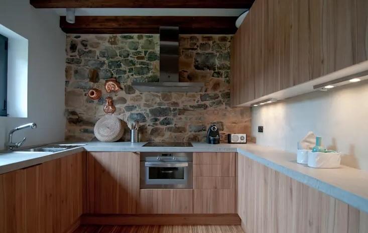 la luz natural es esencial cuando decoras paredes de piedra