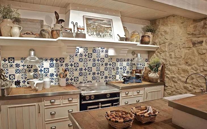 baldosa hidráulica y paredes de piedra en la cocina