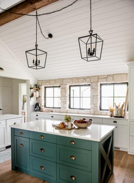 Una cocina con paredes de piedra con estilo de casa de campo