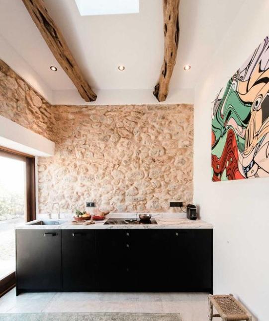 pared de piedra en la cocina con un toque vanguardista