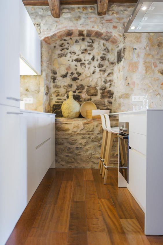 Madera, piedra y un rústico minimalista en la cocina