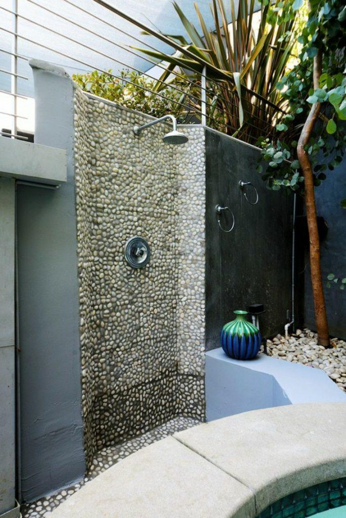 Diseña una ducha de jardín con piedras de río