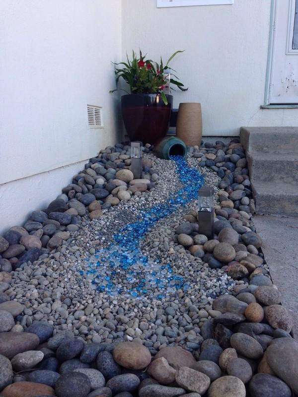 Un río de piedras con tonos de azul en el jardín