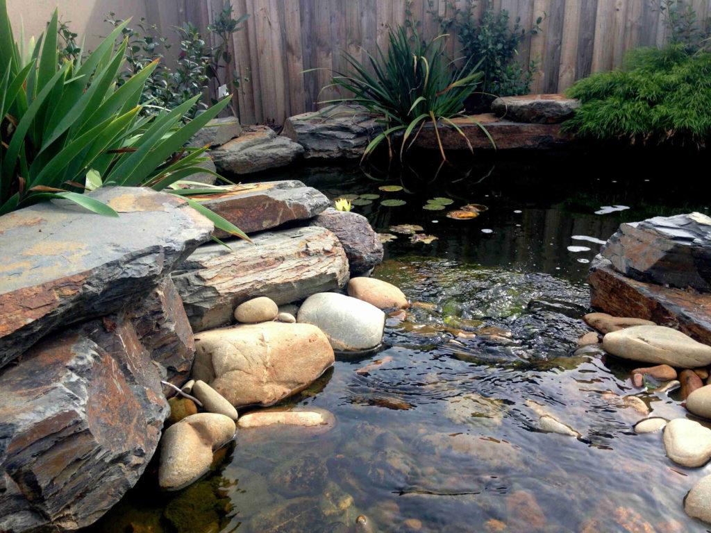 estanque en tu jardín  con piedras de rio