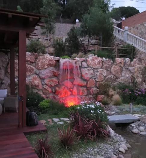 Pared revestida con piedras grandes para el exterior de tu casa