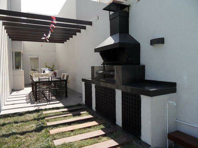 Diseño de asador en blanco y negro en el patio