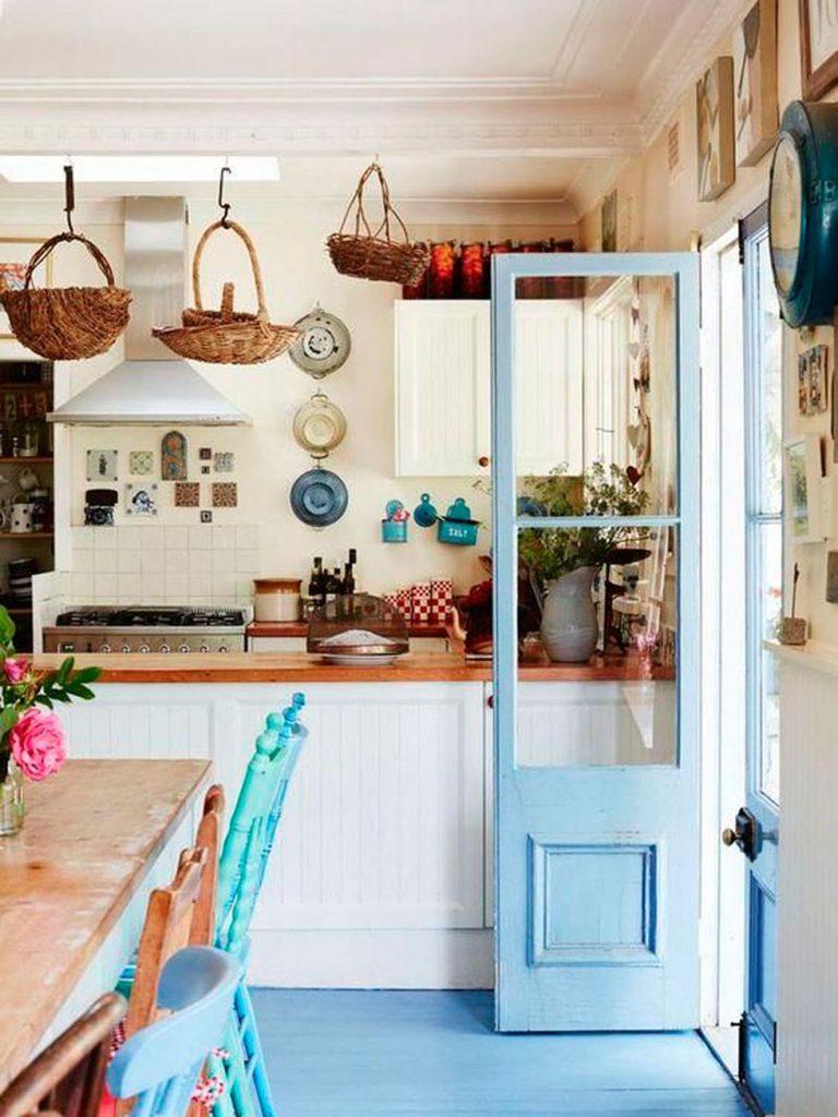 El azul reluce lo mejor de las cocinas clásicas de campo