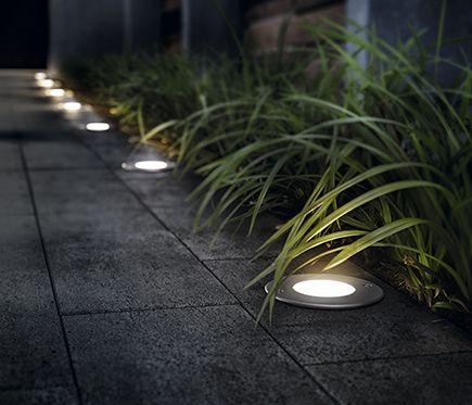 patio con luces en el camino