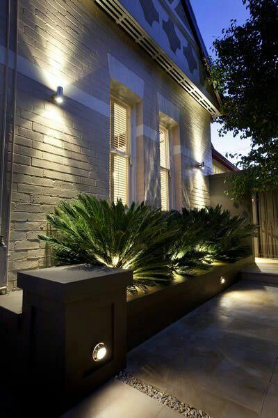 patio con luces en la pared