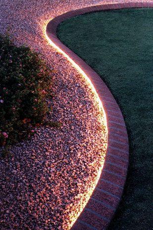 tiras de luces en el patio