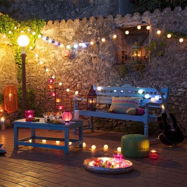 patio con luces en faroles de papel