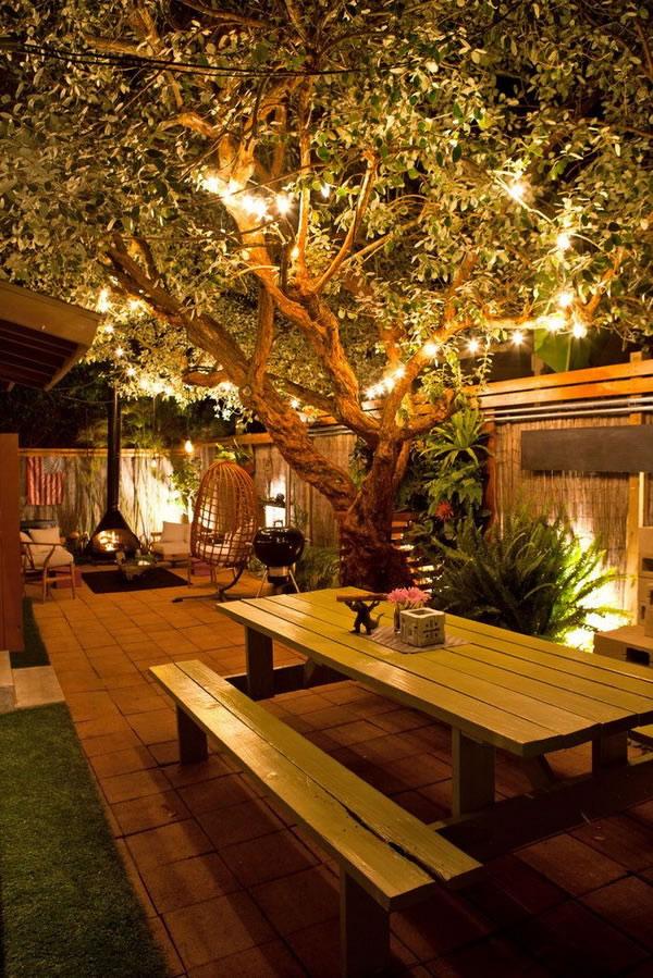 patio con luces en los arboles