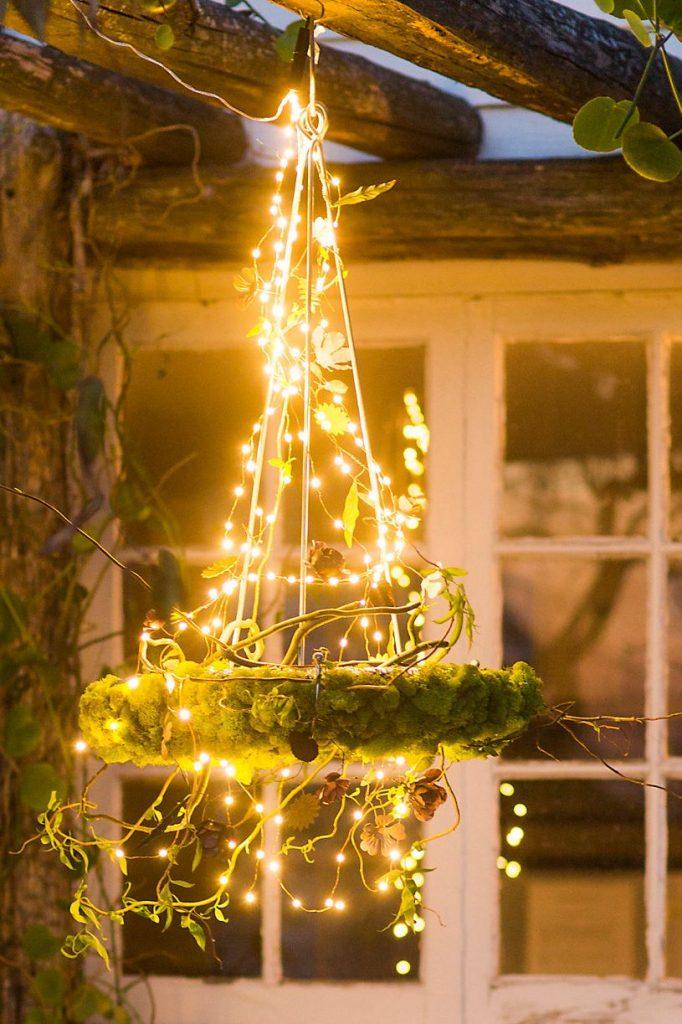 patio con luces colgantes