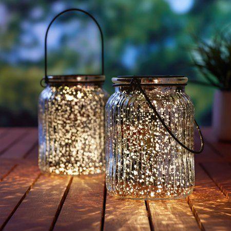 patio con luces en frascos de cristal