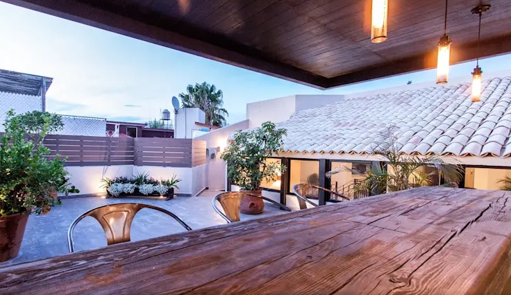 terrazas rústicas con barra de bar