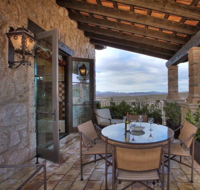 terrazas rústicas con piedras, ladrillos y madera