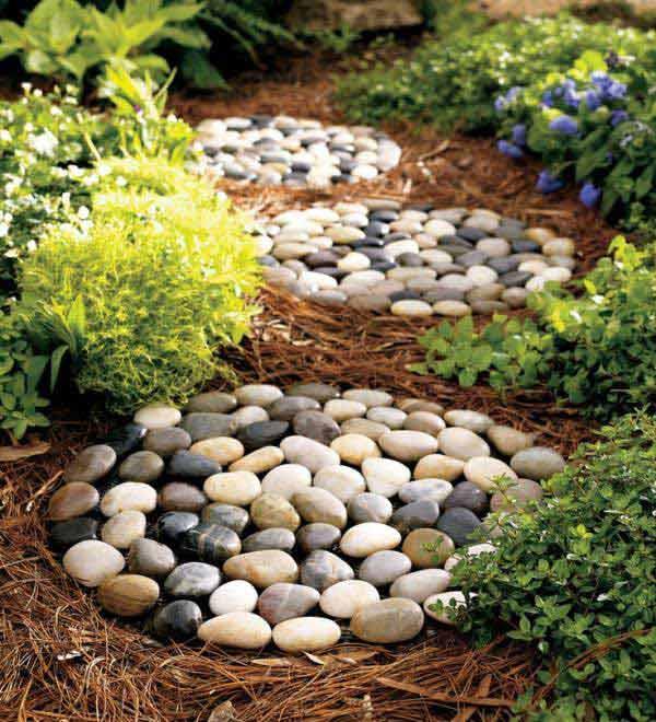 Caminitos de piedra de río en el jardín