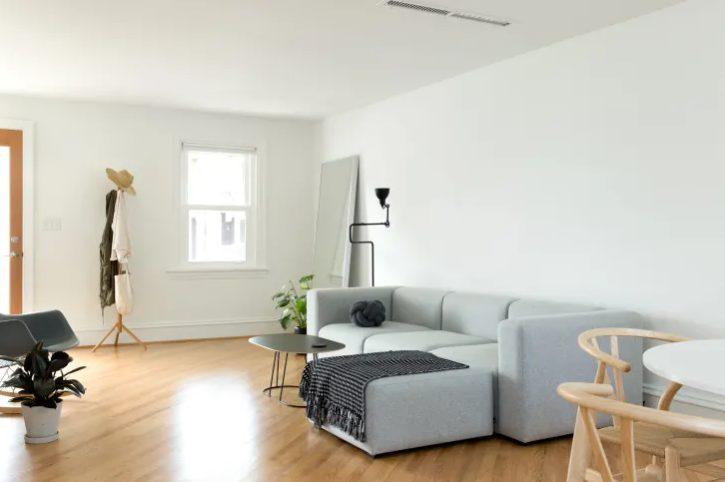 El orden es esencial para un salón minimalista y moderno
