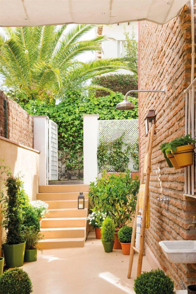 patio pequeño con una regadora