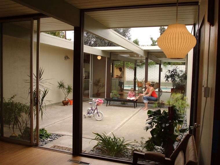 Diseño moderno y espacioso de patio pequeño