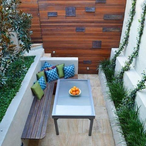 Mueble en forma de L para abrir espacio en un patio pequeño