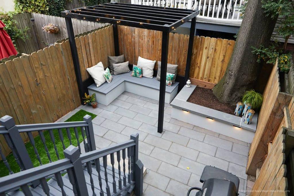 patio pequeño con pergola y luces