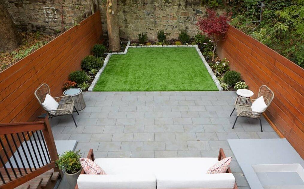 Un pequeño patio con muebles cómodos
