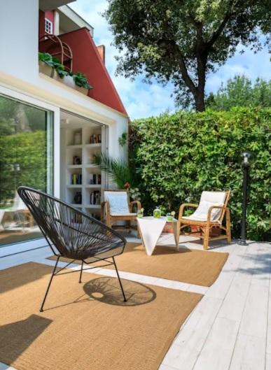 patio pequeño con materiales naturales