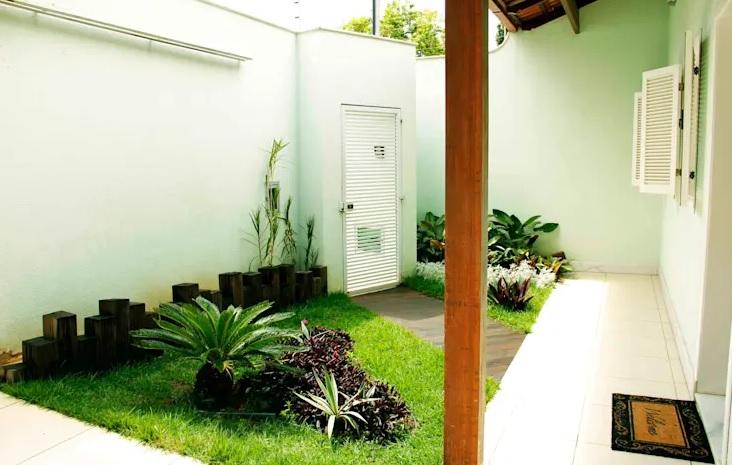 patio pequeño con paredes blancas