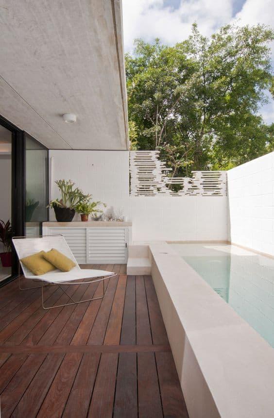 Patio pequeño con piscina incluida
