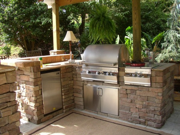 Una cocina de piedra en pleno patio