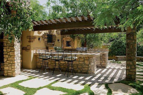 Mesas y columnas de piedra para un patio rústico