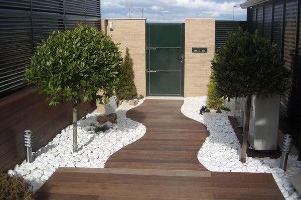 Otro suelo de piedras, pero con piedras blancas para un toque claro del patio