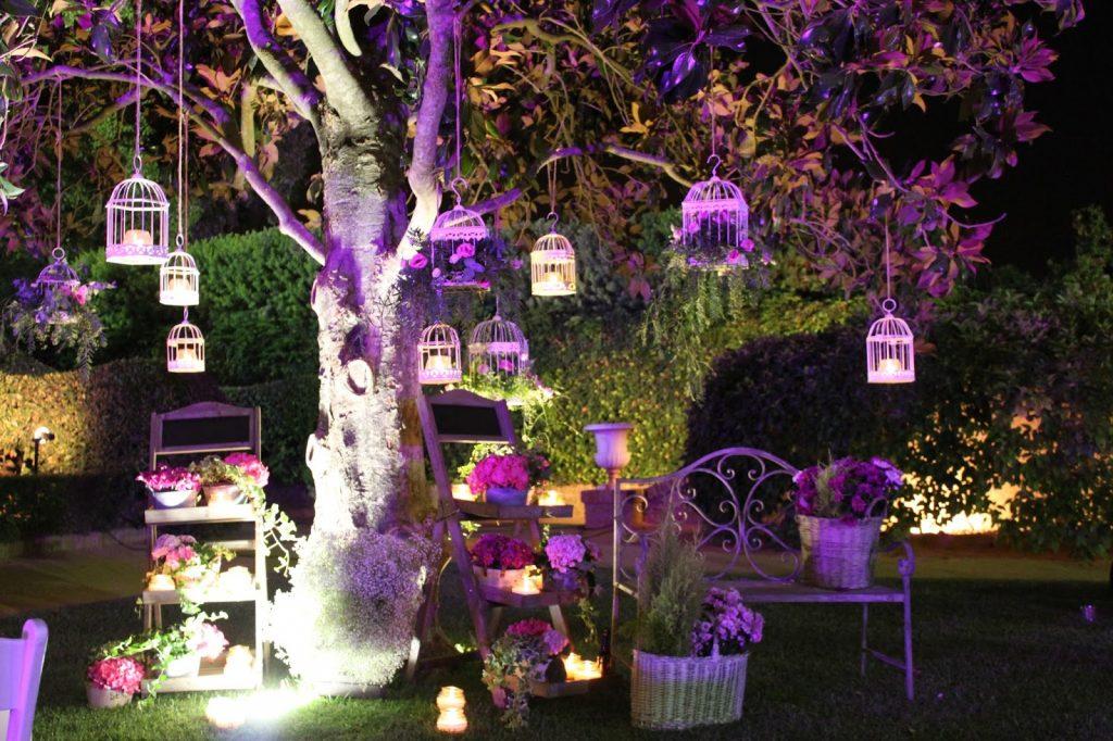 decorar árboles de jardín con jaulas
