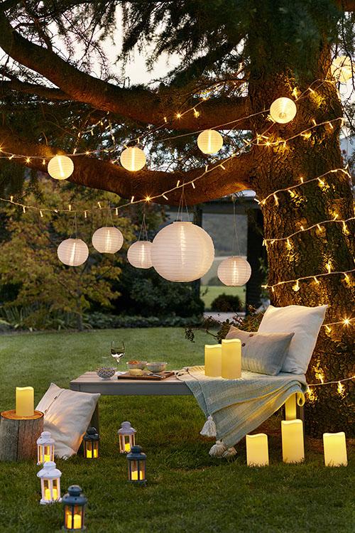 decorar árboles de jardín con iluminacion
