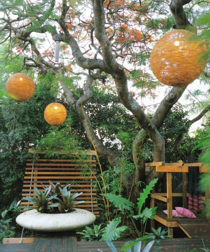 decorar árboles de jardín con faroles