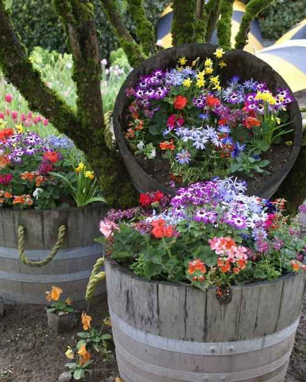 decorar árboles de jardín con barriles de flores