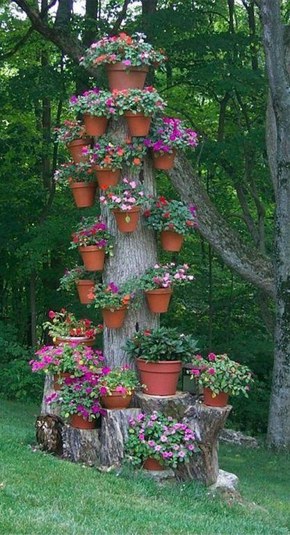 decorar árboles de jardín con maceteros
