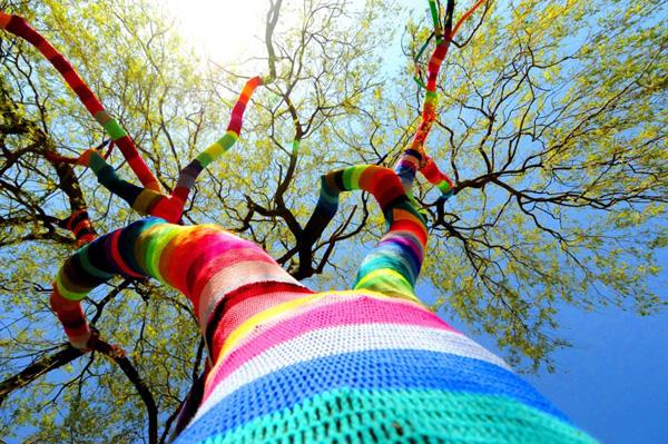 decorar árboles de jardín con telas