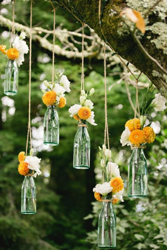 decorar árboles de jardín con flores colgantes