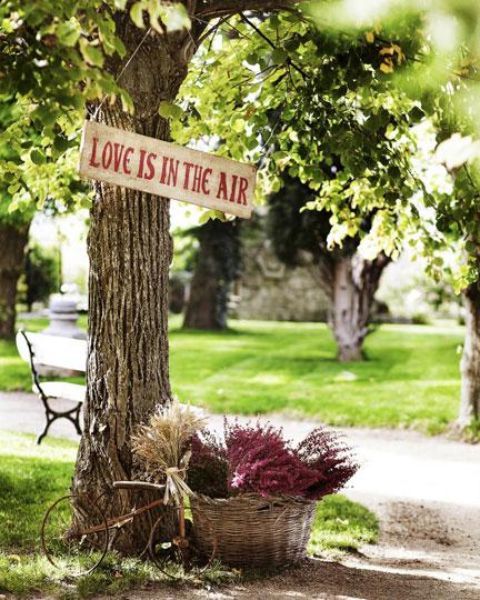 decorar árboles de jardín con carteles