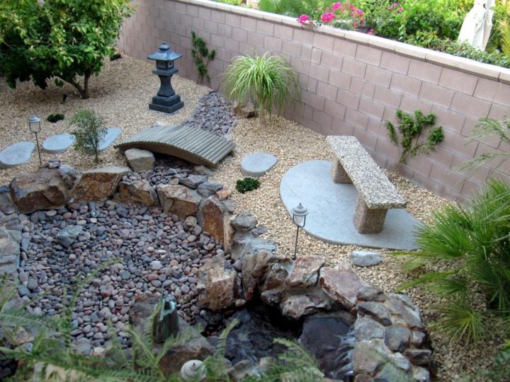 Varios tipos de piedra en un jardin pequeño y moderno