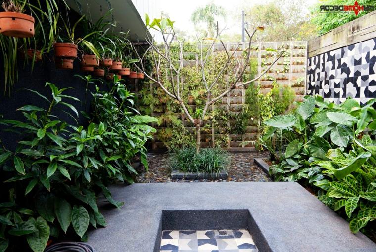 Paredes decoradas con azulejos y plantas colgantes  para jardín