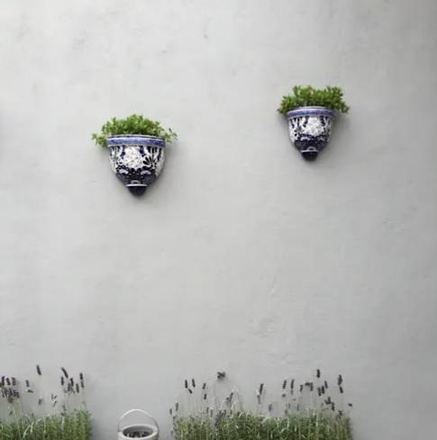 Paredes decoradas con maceteros  para jardín